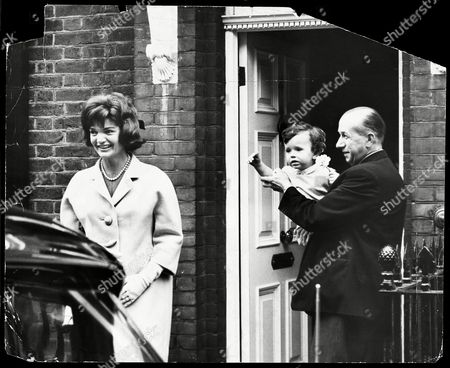 Jackie Kennedy Leaves Her Sister's Home In Buckingham Place Her Nephew Anthony Radziwell (held By The Butler) Waves Goodbye. Jacqueline Lee Bouvier Kennedy Onassis (died May 1994) Widow Of President John F. Kennedy And Shipping Magnate Aristotle Onassis. Jackie Onassis