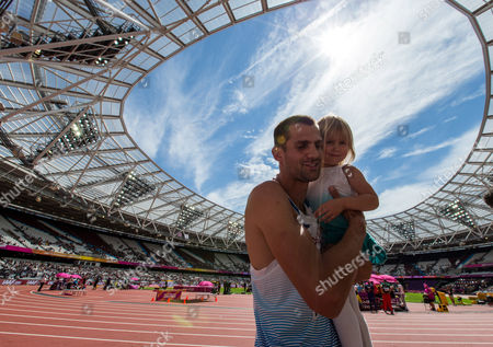 Robbie Grabarz of Great Britain celebrates with his daughter Lyra after the Men's High Jump qualification