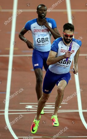 Rabah Yousif and Martyn Rooney of Great Britain during the change over during the Men's 4x400 meters relay final