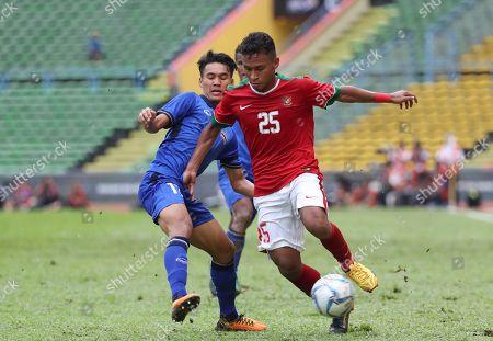Osvaldo Ardiles Haay, Rattanakorn Maikami Indonesia's Osvaldo Ardiles Haay, right, fights a ball with Thailand's player Rattanakorn Maikami, left, during the soccer match at the South East Asian Games in Shah Alam, Malaysia on
