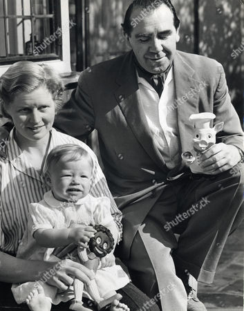 Opera Singer And Actor Ian Wallace Is Pictured Here With His Wife Patricia And Their Daughter Rosemary Ann In The Garden Of Their Highgate Home. Ian Is The Son Of The Late Sir John Wallace. Ian Bryce Wallace Died 12/10/2009 At The Age Of 90.