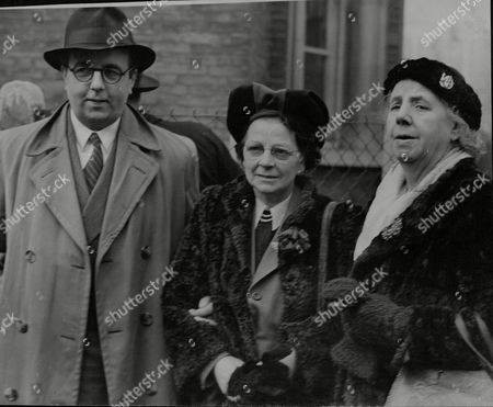 Charles Basham With His Mother (l) And The Medium Sylvia Gray (c) After His Case Was Dismissed. Basham Was Charged With Using A Fraudulent Device Whilst Purporting To Act As A Medium. (charles John Basham). Box 708 1012101640 A.jpg.