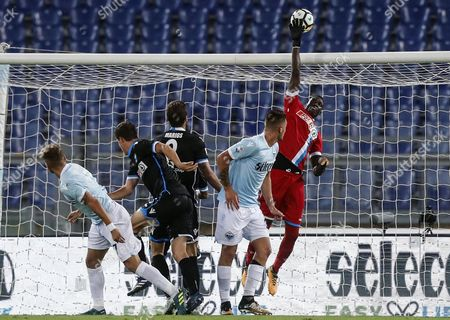 Spal's goalkeeper Alfred Gomis (R) in action during the Italian Serie A soccer match between SS Lazio and Spal Ferrara at the Olimpico Stadium in Rome, Italy, 20 August 2017.