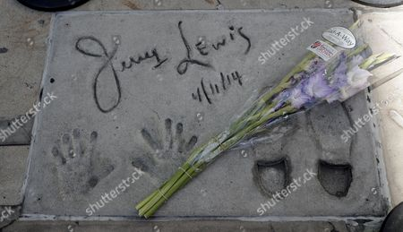 A bouquet of flowers is placed next to US actor Jerry Lewis cement imprints at TCL Chinese Theatre in Hollywood, California, USA, 20 August 2017.  US Entertainer and comedy legend Jerry Lewis has died at his home in Las Vegas, Nevada on 20 August 2017. He was 91. Lewis was best known for his work with Dean Martin and for raising money for muscular dystrophy research.