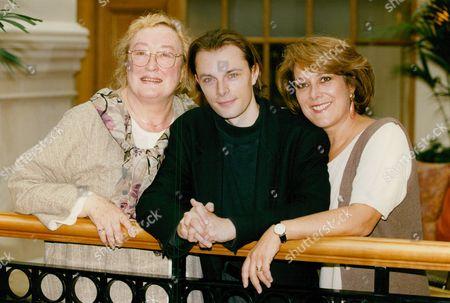 Actors L-r: Elizabeth Spriggs Ben Walden And Lynda Bellingham. Box 712 127101627 A.jpg.