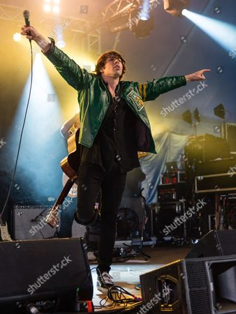 Barns Courtney performing with a broken leg in a cast