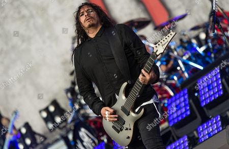 Korn performing.  James Shaffer