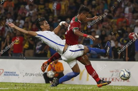 Muhammad Irfan Zakaria (L) of Malaysia vies for the ball with Osvaldo Ardiles Haay (R) of Indonesia during the Men's soccer semi final match Malaysia against Indonesia in Kuala Lumpur, Malaysia, 26 August 2017.