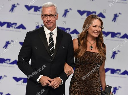 Dr. Drew Pinsky, Susan Pinsky Dr. Drew Pinsky, left, and Susan Pinsky arrive at the MTV Video Music Awards at The Forum, in Inglewood, Calif