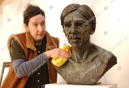 Sculptor Jane Mcadam Freud Daughter Of Artist Lucian Freud Polishes A Bust Of Her Half Sister Annabel.  20/04/04.