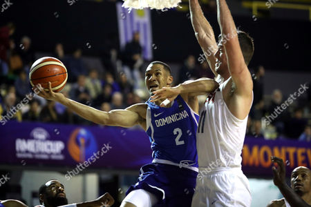 Dominican Republic's Rigoberto Mendoza (L) in action against US' Marshall Plumlee (R) during a match of the AmeriCup 2017 held in Montevideo, Uruguay, 30 August 2017.