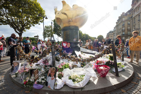 Stock Image of People pay tribute to the late Princess Diana above the Post de l'Alma tunnel in Paris.  Princess Diana died with Dodi Al-Fayed in a car crash on 31st August 1997.