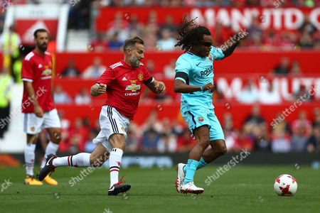 Karel Poborsky of Manchester United chases Edgar Davids of Barcelona