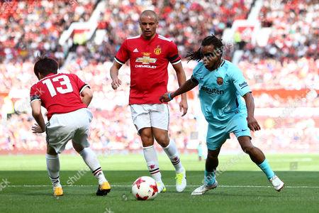 Edgar Davids of Barcelona wrong foots Ji-Sung Park of Manchester United