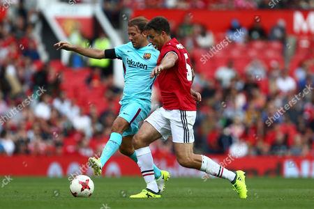 Gaizka Mendieta of Barcelona battles Ronny Johnsen of Manchester United