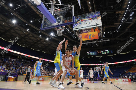 Zaza Pachulia (C) of Georgia in action against Artem Pustovyi  (L) of Ukraine during the EuroBasket 2017 group B match between Georgia and Ukraine in Tel Aviv, Israel, 03 September 2017.