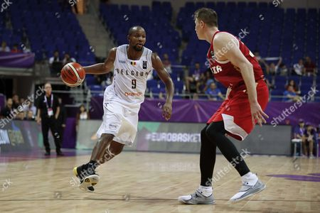 Jonathan Tabu-Eboma of Belgium and Andrey Vorontsevich of Russia during the FIBA EuroBasket 2017 Group D game between Belgium and Russia at Fenerbahce Arena