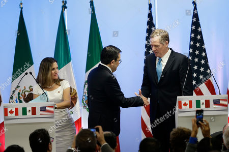 Canada's Foreign Minister Chrystia Freeland, left, Mexico's Economy Secretary Ildefonso Guajardo Villarreal, center, and U.S. Trade Representative Robert Lighthizer shake hands after posing for a group photo at a press conference regarding the second round of NAFTA renegotiations in Mexico City