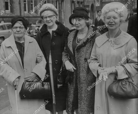 Pictured L-r: Eliza Booth Mother Of Comedian George Formby And Her Daughters Mary Anderson Louisa Dehales And Ethel Corless Attending The London Probate Court To Contest The Will Of The Deceased Comedian. Box 720 40512166 A.jpg.