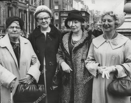 Pictured L-r: Eliza Booth Mother Of Comedian George Formby And Her Daughters Mary Anderson Louisa Dehales And Ethel Corless Attending The London Probate Court To Contest The Will Of The Deceased Comedian. Box 720 40512163 A.jpg.