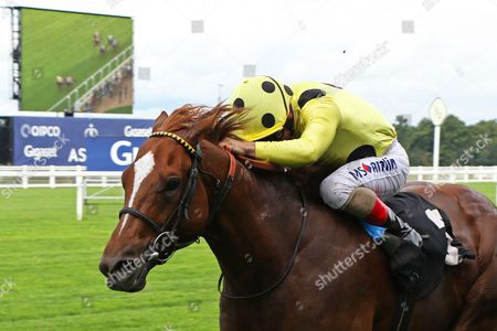 CAPE BYRON ridden by Andrea Atzeni 1st The Leo Bancroft Signature Hair Care Classified Stakes at Ascot