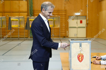 Norway's Labour Party leader Jonas Gahr Store casts his vote to the Norwegian parliamentary election in Oslo, Norway, 10 September 2017.