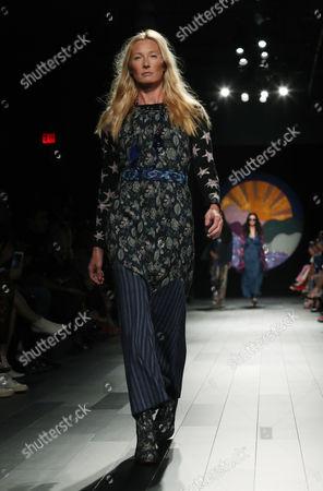Maggie Rizer on catwalk