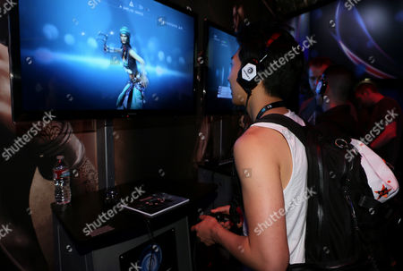 """Tim Jo plays """"Assassin's Creed 4 Black Flag"""" at the Ubisoft booth at E3, in Los Angeles"""