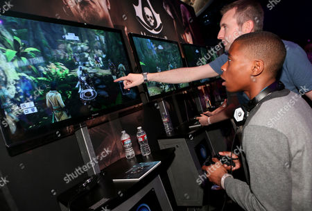 """Carlon Jeffery plays """"Assassin's Creed IV Black Flag"""" at the Ubisoft booth at E3, in Los Angeles"""