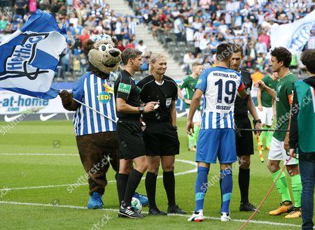 Referee Bibiana Steinhaus, Assistenten Christof Guensch, Thomas Stein, Vedad Ibisevic, Thomas Delaney  Seitenwahl