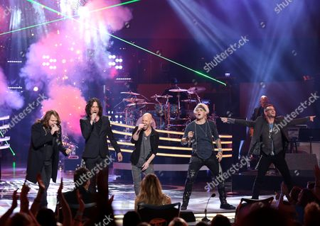 "Caleb Johnson, from left, Constantine Maroulis, Chris Daughtry, James Durbin, and Bo Bice perform at the ""American Idol"" farewell season finale at the Dolby Theatre, in Los Angeles"