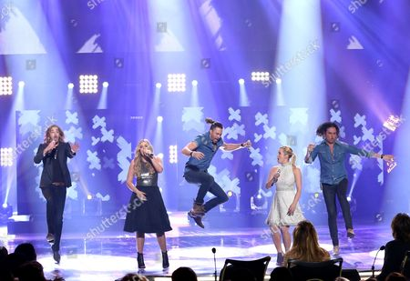 """Bucky Covington, from left, Lauren Alaina, Ace Young, Kellie Pickler and Constantine Maroulis perform at the """"American Idol"""" farewell season finale at the Dolby Theatre, in Los Angeles"""