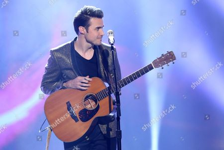 """Kris Allen performs at the """"American Idol"""" farewell season finale at the Dolby Theatre, in Los Angeles"""