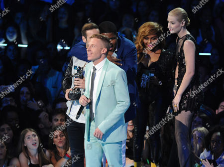 """From left, Ryan Lewis, Macklemore and Ray Dalton accept the award for best hip hop video for """"Can't Hold Us from Iggy Azalea and Lil Kim at the MTV Video Music Awards, at the Barclays Center in the Brooklyn borough of New York"""