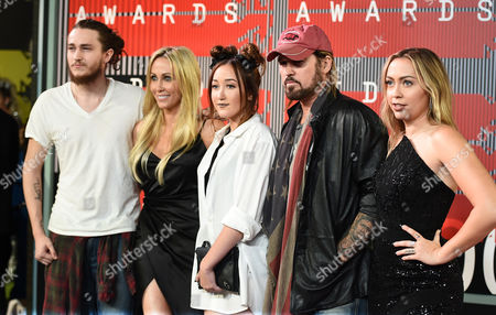 Braison Cyrus, from left, Tish Cyrus, Noah Cyrus, Billy Ray Cyrus and Brandi Glenn Cyrus arrive at the MTV Video Music Awards at the Microsoft Theater, in Los Angeles