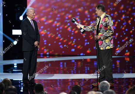 Craig Sager accepts the Jimmy V award for perseverance at the ESPY Awards at the Microsoft Theater, in Los Angeles. Pictured from left is presenter Vice President Joe Biden