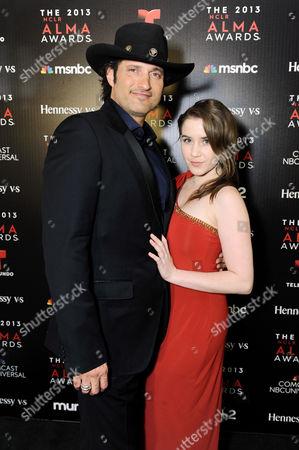 Robert Rodriguez, izquierda, y Marci Madison asisten la fiesta VIP NCLR Premios ALMA presentado por Hennessy, el viernes 27 de septiembre 2013, en Pasadena, Calif