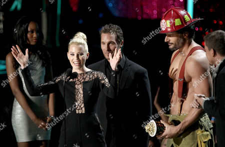 Stock Photo of Elisabeth Banks accepts the award for best on screen transformation award at the MTV Movie Awards on in Los Angeles