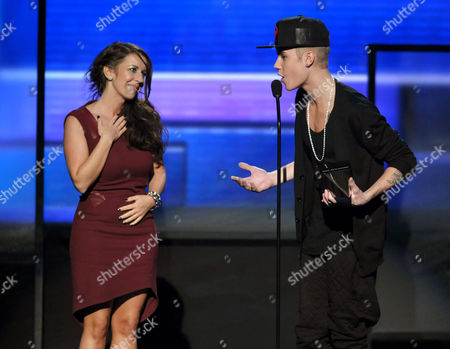 Justin Bieber brings his mom Pattie Malette on stage as he accepts the award for artist of the year at the 40th Anniversary American Music Awards, in Los Angeles