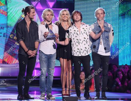 """Rocky Lynch, Ross Lynch, Rydel Lynch, Ellington Ratliff and Riker Lynch of the group """"R5"""" present the choice summer song award at the Teen Choice Awards at the Galen Center, in Los Angeles"""