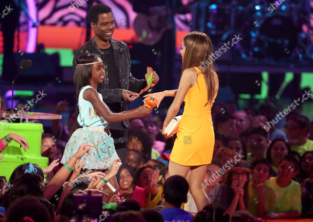Chris Rock, right, and daughter Lola Simone Rock present the favorite TV actress award to Ariana Grande at the 27th annual Kids' Choice Awards at the Galen Center, in Los Angeles