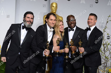 """Anthony Katagas, from left, Jeremy Kleiner, Dede Gardner, Steve McQueen, and Brad Pitt pose in the press room with the award for best picture of the year for """"12 Years a Slave"""" during the Oscars at the Dolby Theatre, in Los Angeles"""