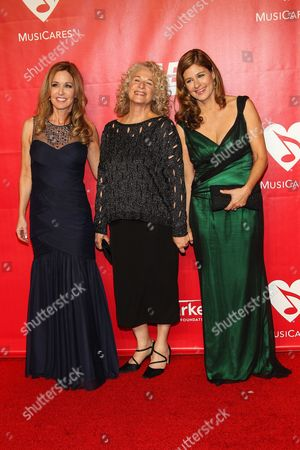 Singer Carole King (C) with daughters Sherry Goffin Kondor (L) and Louise Goffin (R) arrive at the MusiCares 2014 Person of the Year Tribute on in Los Angeles