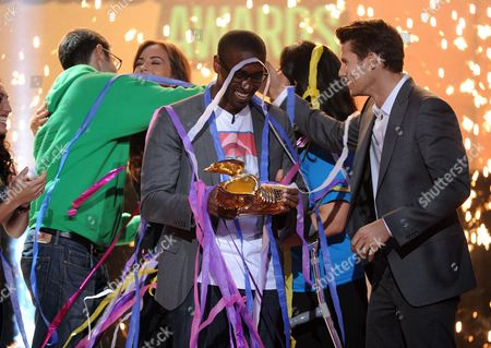 From left, winning nominee Daniel Maree of Millionhoodies Movement for Justice and presenter Jason Dundas are seen onstage at the 2013 Do Something Awards, on in Hollywood, Calif
