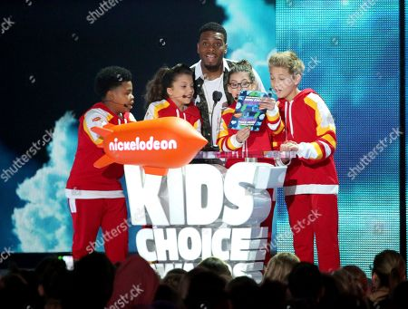 "Benjamin Flores Jr., from left, Cree Cicchino, Kel Mitchell, Madisyn Shipman and Thomas Kuc from the show ""Game Shakers"" present the award for favorite voice from an animated movie at the Kids' Choice Awards at The Forum, in Inglewood, Calif"