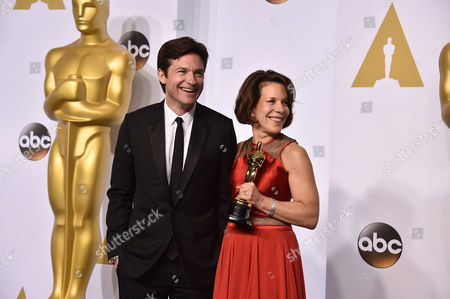 Jason Bateman, left, and Ellen Goosenberg Kent pose in the press room with the award for best short subject documentary for Crisis Hotline: Veterans Press 1 at the Oscars, at the Dolby Theatre in Los Angeles