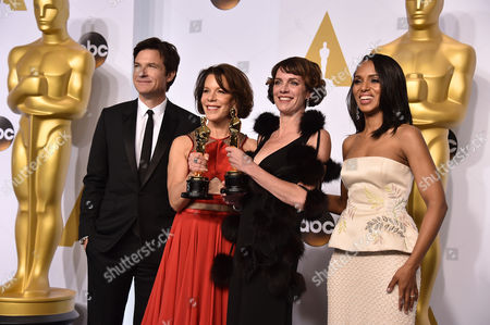From left, Jason Batemen, Dana Perry, Ellen Goosenberg Kent and Kerry Washington pose in the press room with the award for best short subject documentary for Crisis Hotline: Veterans Press 1 at the Oscars, at the Dolby Theatre in Los Angeles