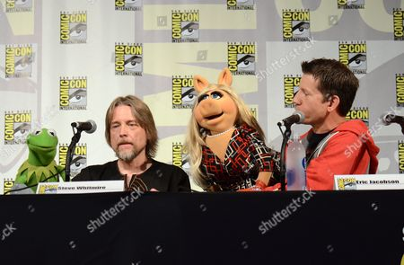 "Kermit the Frog, left, puppeteer Steve Whitmire, Miss Piggy, and puppeteer Eric Jacobson attend ""The Muppets"" panel on day 3 of Comic-Con International, in San Diego"