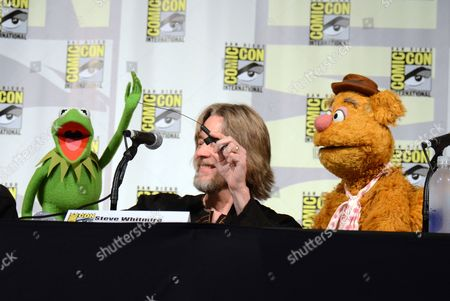 "Kermit the Frog, left, puppeteer Steve Whitmire, and Fozzie the Bear attend ""The Muppets"" panel on day 3 of Comic-Con International, in San Diego"