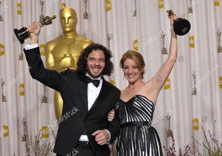 "SCIENCES FOR USE UPON CONCLUSION OF THE ACADEMY AWARDS TELECAST ** Sean Fine and Andrea Nix Fine pose with their award for best documentary short subject for ""Inocente"" during the Oscars at the Dolby Theatre, in Los Angeles"